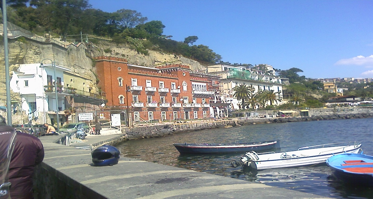 [Video]Napoli, l'acqua del mare si tinge di verde
