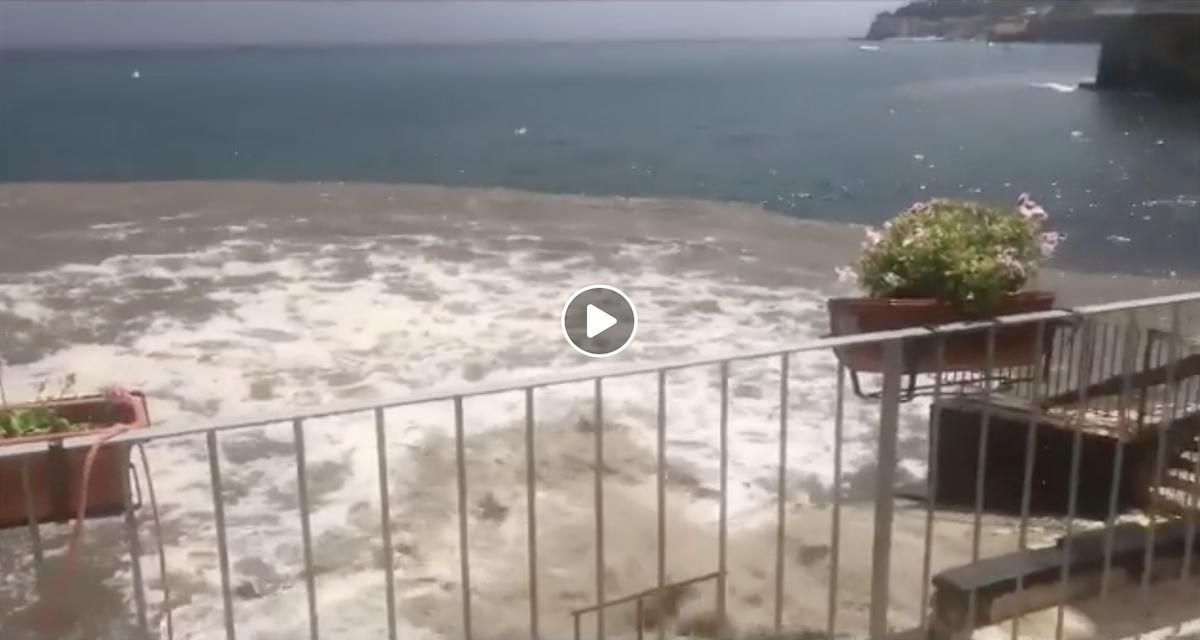 Napoli, bomba d'acqua mette in crisi il sistema fognario. La risposta del Comune