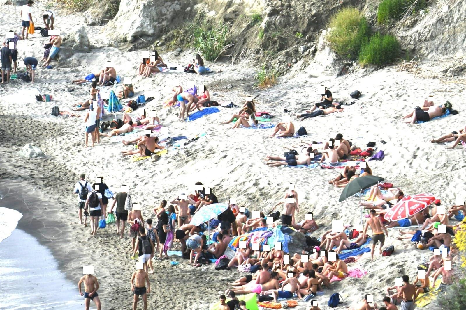 """Spiagge Ischia: """"Alla conquista della libertà perduta"""", turisti si immergono per scampare ai controlli"""